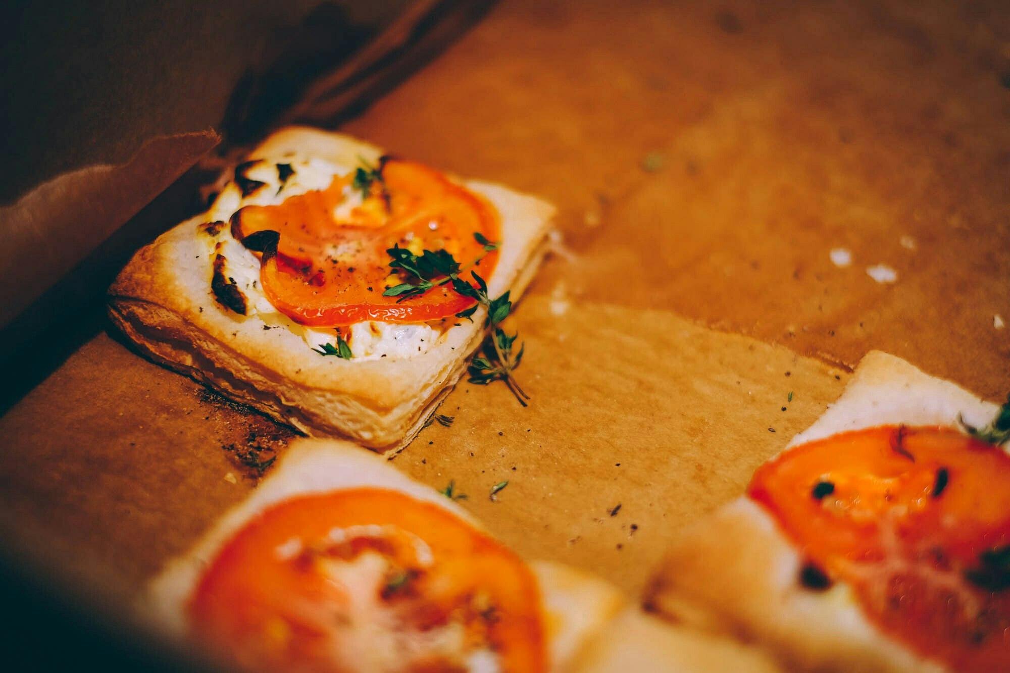 Точно не знаю, как называются эти милые штучки с творожным сыром и помидорами, но если Вам удастся посетить CreativeMornings в Петербурге, первым делом попробуйте их.
