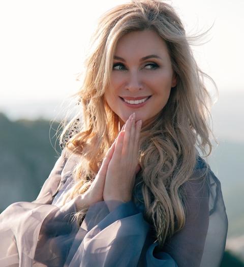 Вика Цыганова представляет новый клип на песню «Россия»